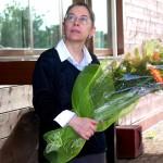 Sandra con un mazzo di fiori nel giorno dei festeggiamenti per il 42° anno