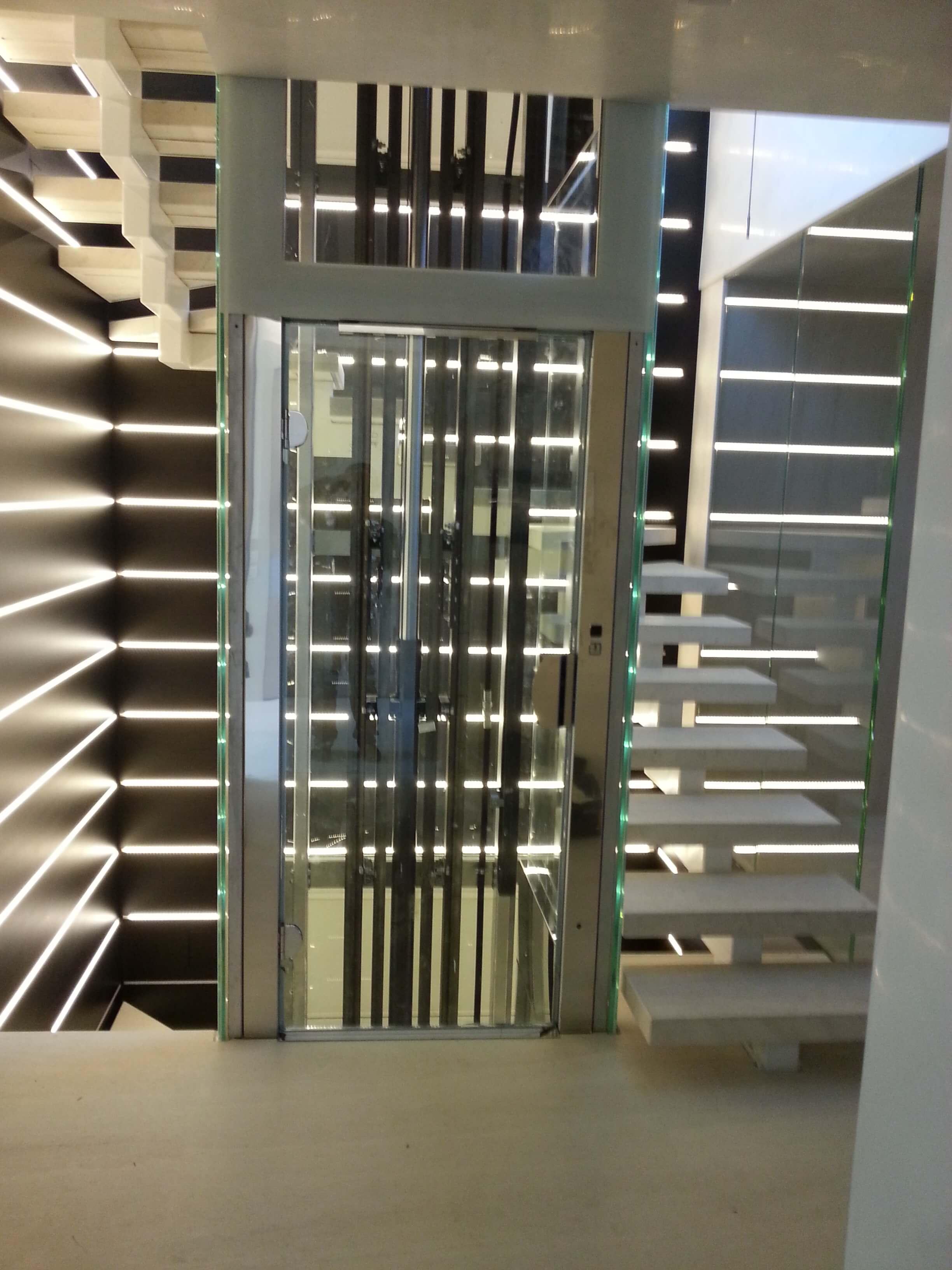 Piattaforma elevatrice panoramica realizzata in via della Spiga a Milano