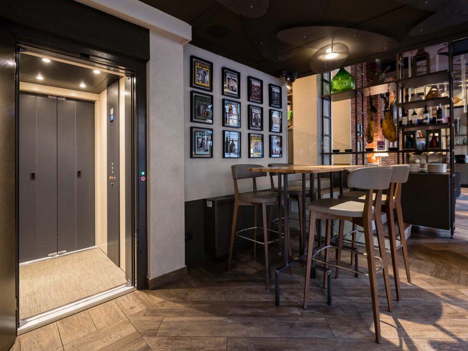 ascensore dentro un ristorante